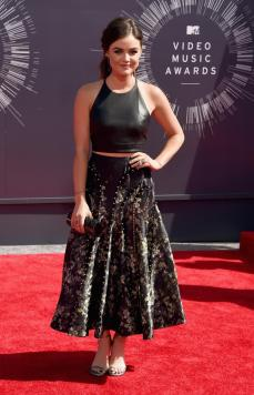 Lucy Hale is in the middle of transitioning from actress to country singer; yet I'm so glad she didn't try to play up the typical country singer look. I loved this look!